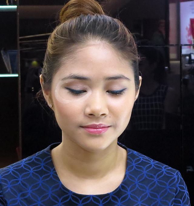 Estee Lauder eye contour highlighting technique